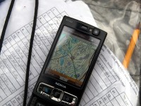 Riistakolmiolaskennassa käytettävä kartta puhelimen ruudulla.