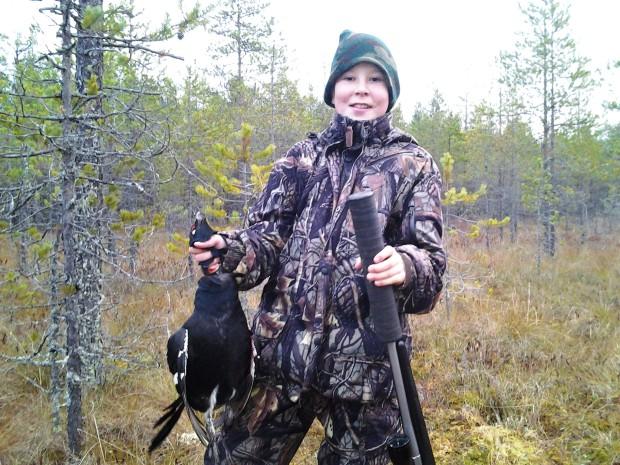 Kuvasta huokuu veljenpojan ylpeys omasta saaliistaan. Nuoren ampuessa hienon saaliin ei metsästäjien joukossa leviä kateus vaan onnistumisen riemu.